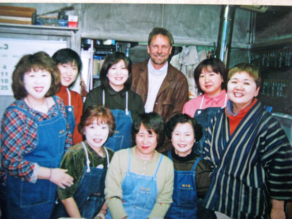 """Vagn i kvindegruppe, foto fra optagelser til """"Vagn i Japan"""""""